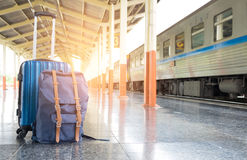 O conceito do curso, bagagem alinhou por plataformas railway Foto de Stock