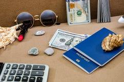 O conceito do curso com passaportes, dólares e vidros imagens de stock royalty free