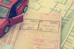 O conceito do curso de carro: o passaporte com os selos da beira Mapa da cidade Modelo vermelho do carro Processamento macio no e foto de stock royalty free