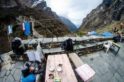 O conceito do curso, turistas felizes e relaxa na came da base de Annapurna imagens de stock