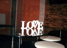 O conceito do dia de Valentim com letras de madeira brancas ama, forma do coração imagens de stock