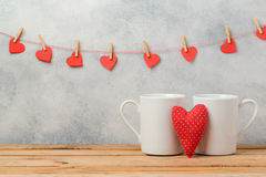 O conceito do dia de Valentim com os copos de café branco e o coração dão forma Imagens de Stock