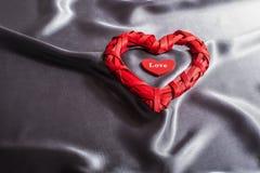 O conceito do dia de Valentim, corações vermelhos ama no fundo cinzento de seda Foto de Stock Royalty Free