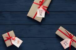 O conceito do dia de Valentim decorou caixas de presente na madeira preta Imagem de Stock Royalty Free