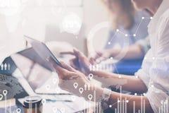 O conceito do diagrama digital, gráfico conecta, a tela virtual, ícone das conexões no fundo borrado Reunião de negócio imagem de stock royalty free