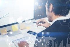 O conceito do diagrama digital, gráfico conecta, tela virtual, ícone das conexões Retrato do homem de negócios novo que trabalha  imagens de stock royalty free