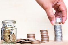 O conceito do dinheiro da economia com borrado da pilha da posse do dedo inventa a Foto de Stock Royalty Free