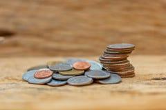 O conceito do dinheiro de salvamento no assoalho de madeira velho imagens de stock royalty free