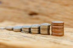 O conceito do dinheiro de salvamento no assoalho de madeira velho fotografia de stock royalty free