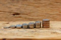 O conceito do dinheiro de salvamento no assoalho de madeira velho fotos de stock