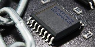 O conceito do fechamento, proteção Blockchain da tecnologia, criptografia do tráfico da Internet Componentes eletrônicos em um ba Fotos de Stock