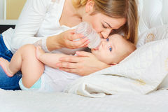 O conceito do inquietação com o bebê Bebê de alimentação da mãe com mil. Fotos de Stock