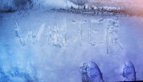 O conceito do inverno, escrito na neve por sincelos exprime o inverno, parte superior vi fotografia de stock royalty free