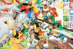 O conceito do jogo de mesa - muitas figuras do campo do jogo de mesa, corta e inventa imagens de stock