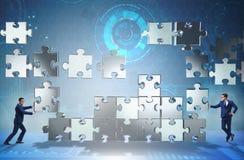 O conceito do negócio dos trabalhos de equipa com enigma remenda Fotos de Stock Royalty Free