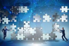 O conceito do negócio dos trabalhos de equipa com enigma remenda Foto de Stock Royalty Free