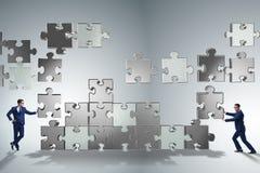 O conceito do negócio dos trabalhos de equipa com enigma remenda Imagens de Stock