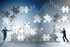 O conceito do negócio dos trabalhos de equipa com enigma remenda Fotografia de Stock