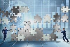 O conceito do negócio dos trabalhos de equipa com enigma remenda Fotos de Stock