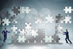 O conceito do negócio dos trabalhos de equipa com enigma remenda Foto de Stock