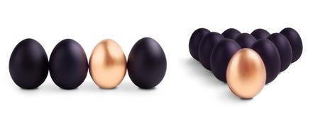 O conceito do preto da Páscoa eggs com ovo do ouro Imagem de Stock Royalty Free