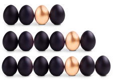 O conceito do preto da Páscoa eggs com ovo do ouro Fotografia de Stock