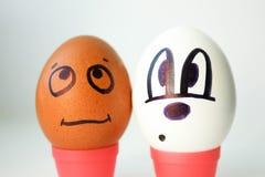 O conceito do racismo Branco e preto Ovos com pintado imagens de stock royalty free