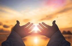 O conceito do salvação do ` s do deus: As mãos humanas abrem a adoração ascendente da palma fotografia de stock