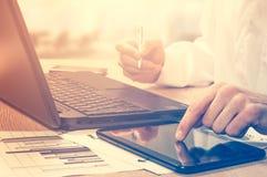 O conceito do sucesso no negócio Um homem de negócios da carreira no escritório Foto de Stock