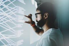 O conceito do tela virtual, diagrama, gráfico digital conecta Painel virtual tocante do colega de trabalho atrativo com gráficos imagem de stock royalty free