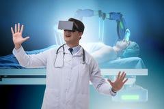 O conceito do telehealth com o doutor que faz o controle remoto imagens de stock