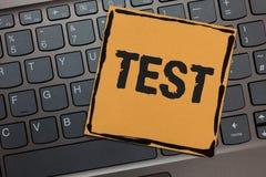 O conceito do teste da escrita do texto da escrita que significa o procedimento sistemático acadêmico avalia o portátil do preto  imagem de stock