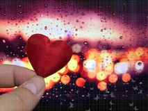 O conceito do Valentim, o coração com bokeh e a gota chovem o fundo Fotografia de Stock Royalty Free