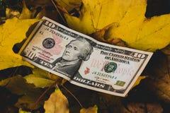 O conceito do valor de queda do dólar fotografia de stock royalty free