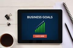 O conceito dos objetivos de negócios na tela da tabuleta com escritório objeta Fotografia de Stock Royalty Free