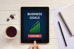 O conceito dos objetivos de negócios na tela da tabuleta com escritório objeta Fotos de Stock
