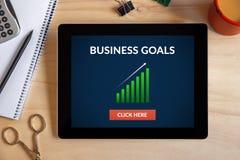O conceito dos objetivos de negócios na tela da tabuleta com escritório objeta Foto de Stock