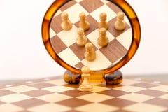O conceito dos trabalhos de equipa, xadrez figura a vista no espelho Um para tudo, Foto de Stock Royalty Free