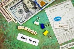O conceito falsificado da notícia que sugere mais cliques faz mais dinheiro imagem de stock