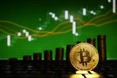 O conceito financeiro do crescimento com a escada dourada de Bitcoins em estrangeiros faz um mapa do fundo Dinheiro virtual fotografia de stock