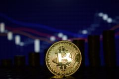 O conceito financeiro do crescimento com a escada dourada de Bitcoins em estrangeiros faz um mapa do fundo Dinheiro virtual foto de stock royalty free