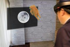 O conceito industrial da tecnologia da educação, homem borrou usando o astronauta esperto da história do estudo dos vidros à lua  Imagens de Stock Royalty Free