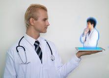 O conceito médico esperto da tecnologia, uso do doutor aumentou o technolog Fotos de Stock