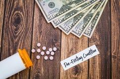 O conceito Pre-existente dos cuidados médicos da circunstância é conceito caro com comprimidos e dinheiro, configuração lisa fotografia de stock
