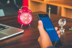 O conceito social, o despertador e a mão da gestão de tempo dos meios guardam fotos de stock