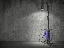 O conceito urbano, o concreto velho da parede e o ponto iluminam-se, Foto de Stock