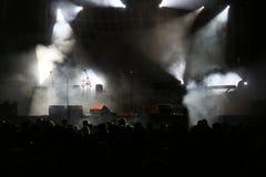 O concerto ilumina o fumo e a multidão Foto de Stock Royalty Free