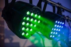 O concerto verde e azul conduzido, naighclub ilumina-se com fumo closeup fotografia de stock royalty free