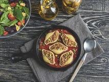 O conchiglioni cozinhado da massa encheu a carne triturada, molho de tomate imagem de stock royalty free