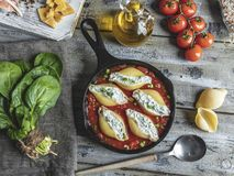 o conchiglioni da massa encheu espinafres e queijo, molho de tomate cozinhado imagem de stock royalty free